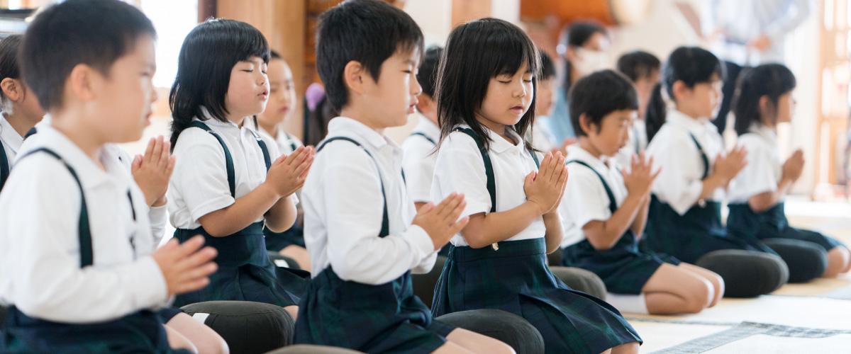 お祈りする子どもたち
