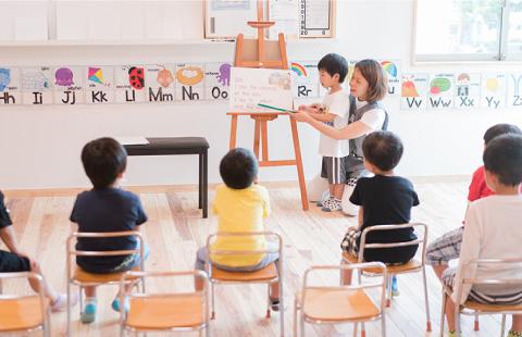 英語を勉強する子どもたち