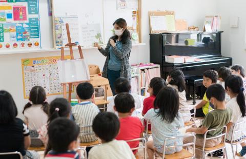 英語を勉強するこばと幼稚園のこどもたち